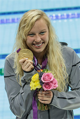Jessica Long holding her paralympic gold medal